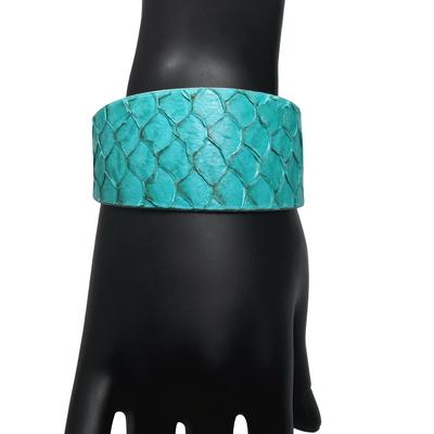 Bracelet manchette tilapia bleu brillant det2