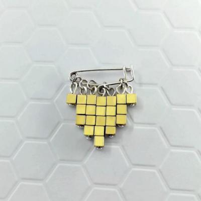 Broche Cubic or